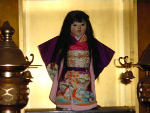 Boneka Okiku dari Jepang...